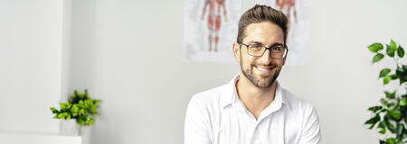 Physiotherapeut lächelt in kamera